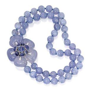 Suzanne Belperron, 2 rangs de perles et un pendentif amovible en calcédoine, saphirs, diamants, platine et or gris. 1937